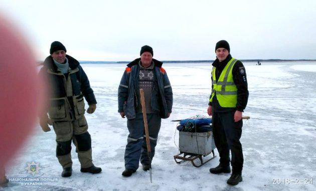 Небайдужі люди врятовували рибалок, які потрапили у льодову пастку