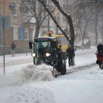 Березневий Кременчук: вантажівки у заметах, бабусі із лопатами та джип-снігоприбирач