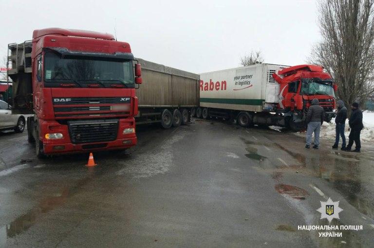 Чотири вантажівки не розминулися: ДТП поблизу Чутового