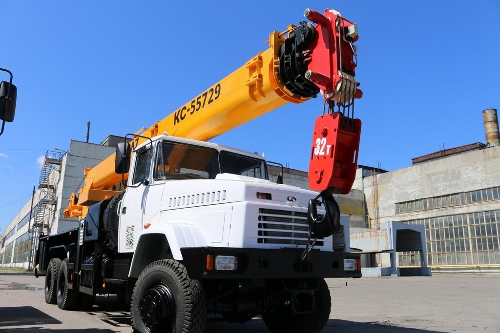 """""""КрАЗ"""" доставив замовнику 32-тонний  автокран КС-55729"""