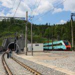Дизель-поїзд КВБЗ на відкритті  нового Бескидського тунелю