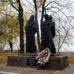 Височать монументи  в селах і містах