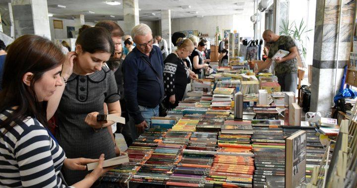 Доземний уклін  шанувальників книги полтавцю Івану Котляревському