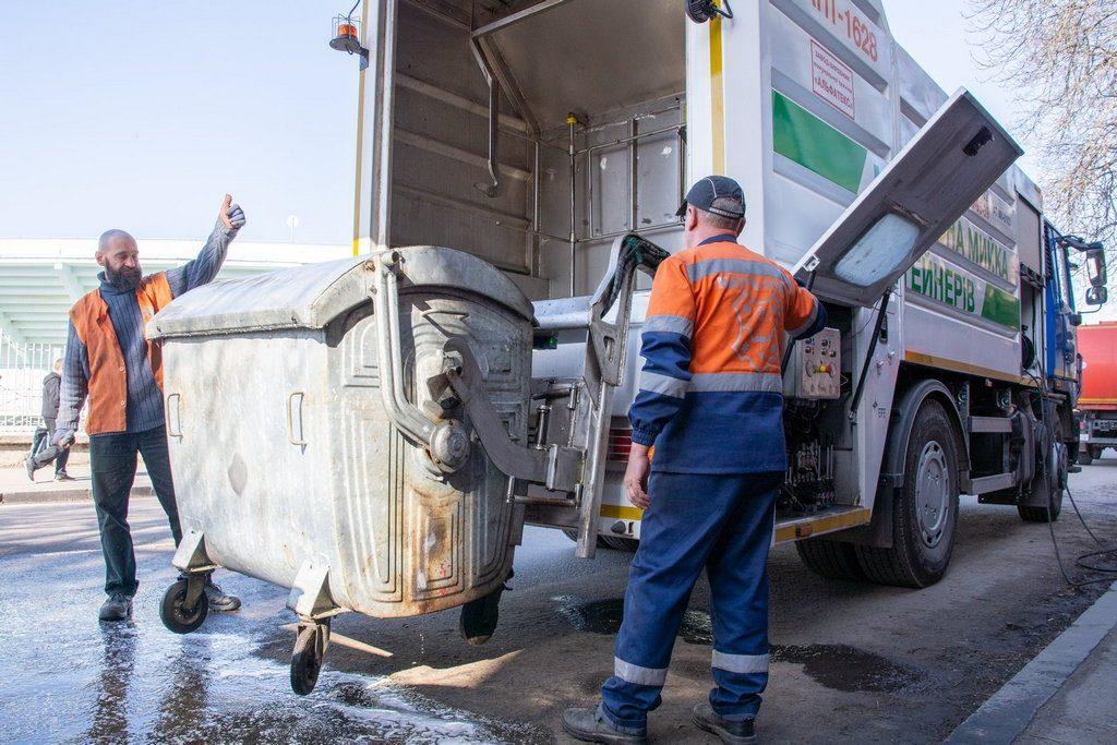 Мобільна мийка сміттєвих баків під час пандемії працює з подвійним навантаженням