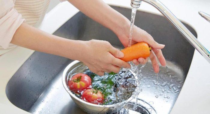 Чи потрібно мити овочі та фрукти з милом