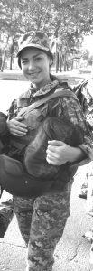 Дівчата стають в солдатські шеренги