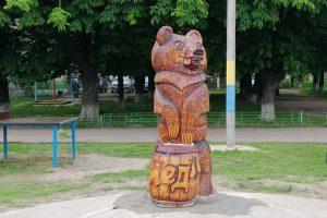 Оновлений  дерев'яний ведмідь  знову прикрашає  зупинку «ЗБВ-7»