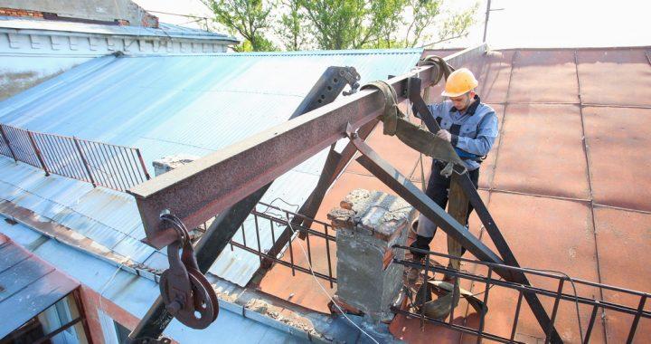 З даху полтавського будинку прибрали кран, який майже два десятиліття створював небезпеку для перехожих