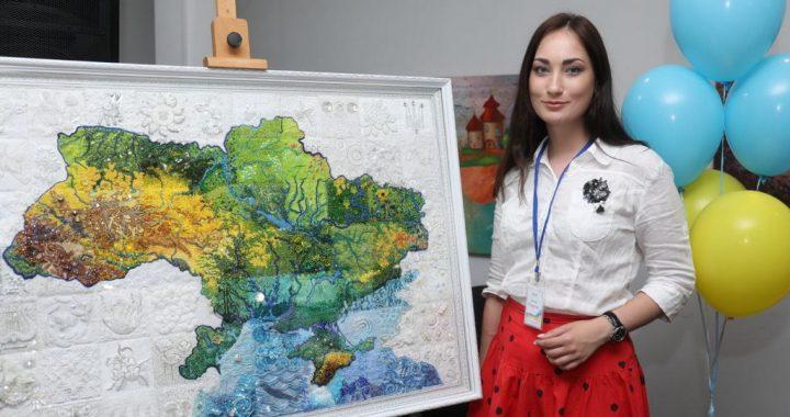 Сімдесят вишивальниць з усієї країни  створили мистецьку карту України